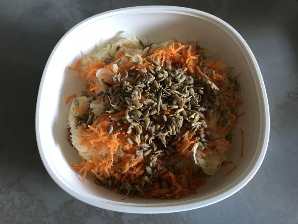 frischer Sauerkraut Rohkost Salat vegan